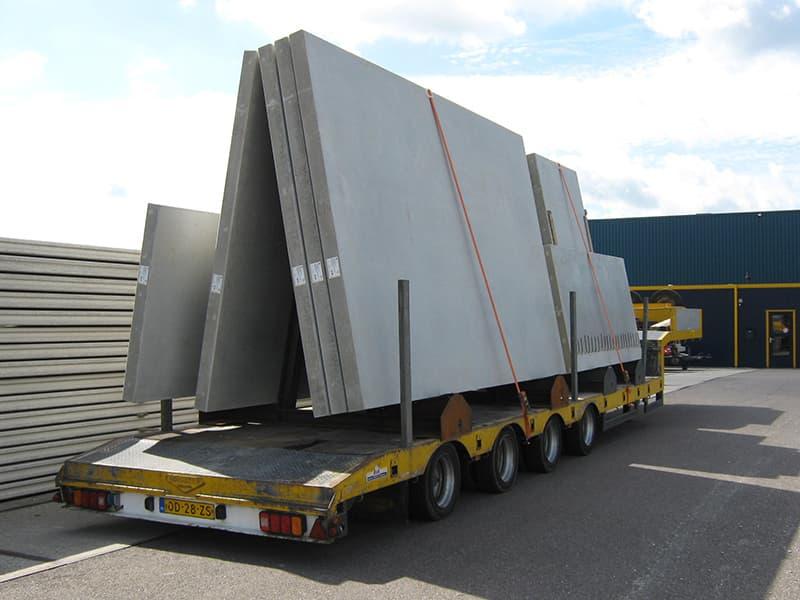 Transport van betonpanelen op dieplader
