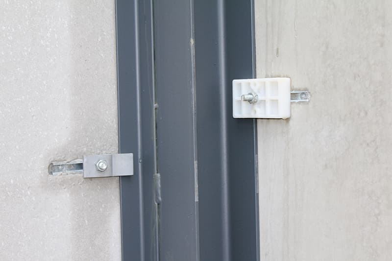 Stalen en PVC Z-plaatjes voor bevestiging van betonpaneel