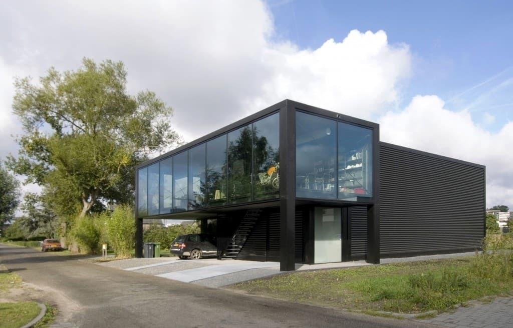 Huis in staalstructuur met sandwichpanelen en veel glas