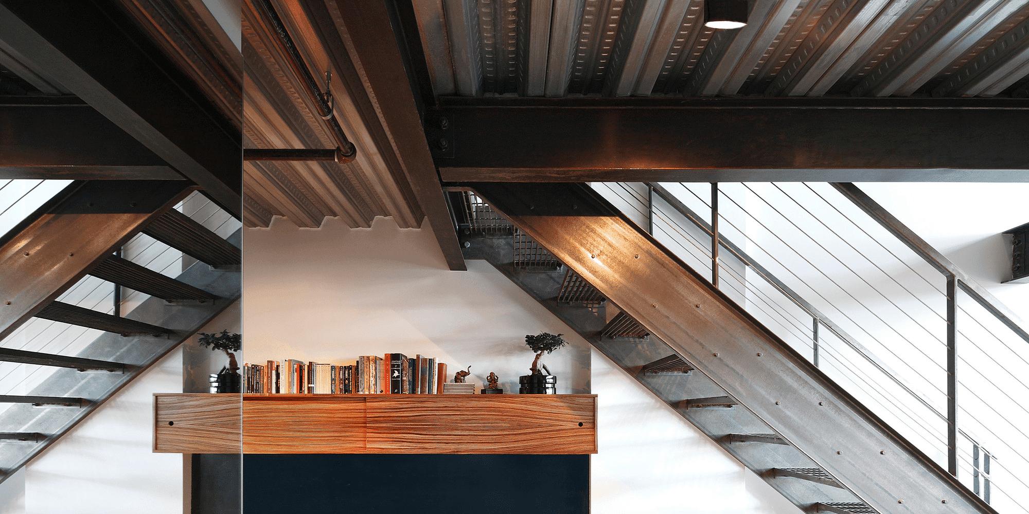 Industrieel interieur met steeldeck en stalen trap