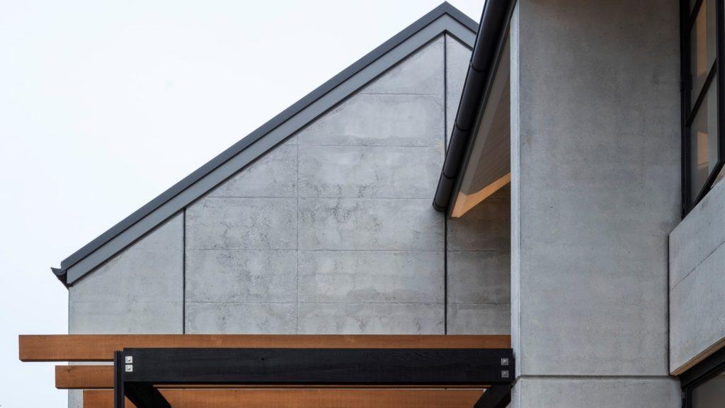 Wolkvorming in betonpanelen bij woning