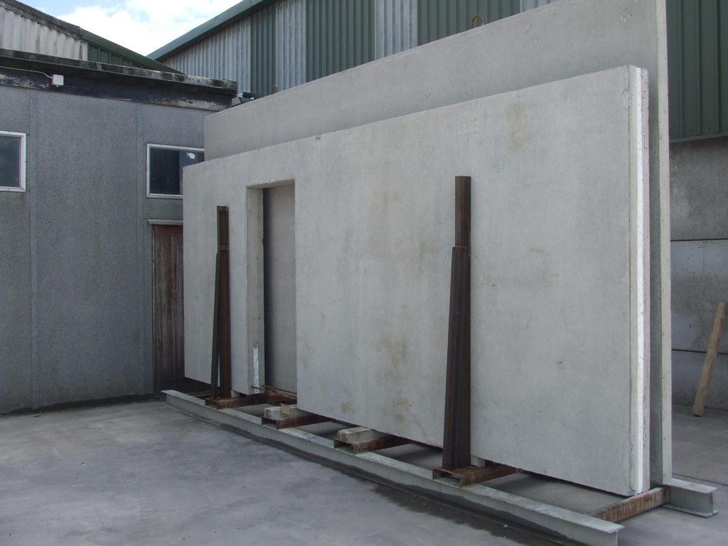geïsoleerd betonpaneel met deuropening