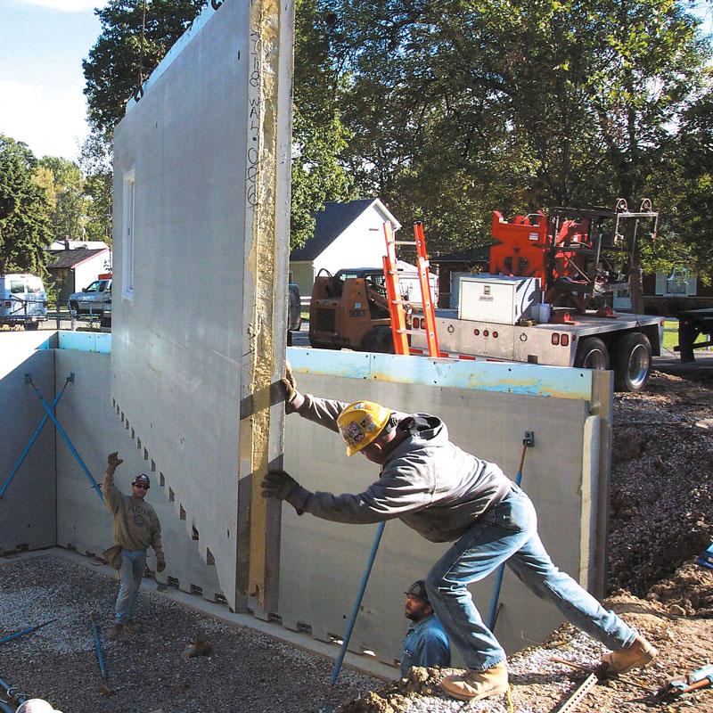 Montage van geïsoleerd betonpaneel